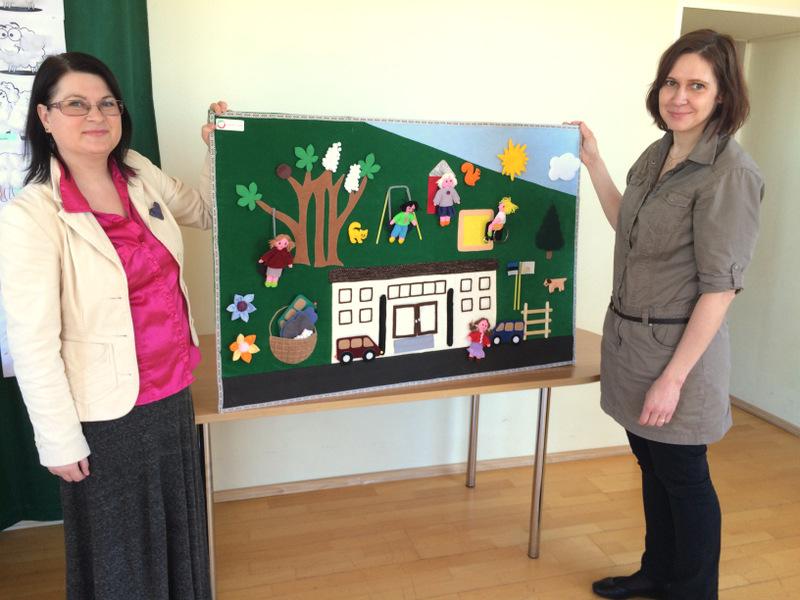 Pildil on HIie ja Käo kooli direktor Liina Pihol, hoidmas kahevahel suurt rohelist tooni puuteseina